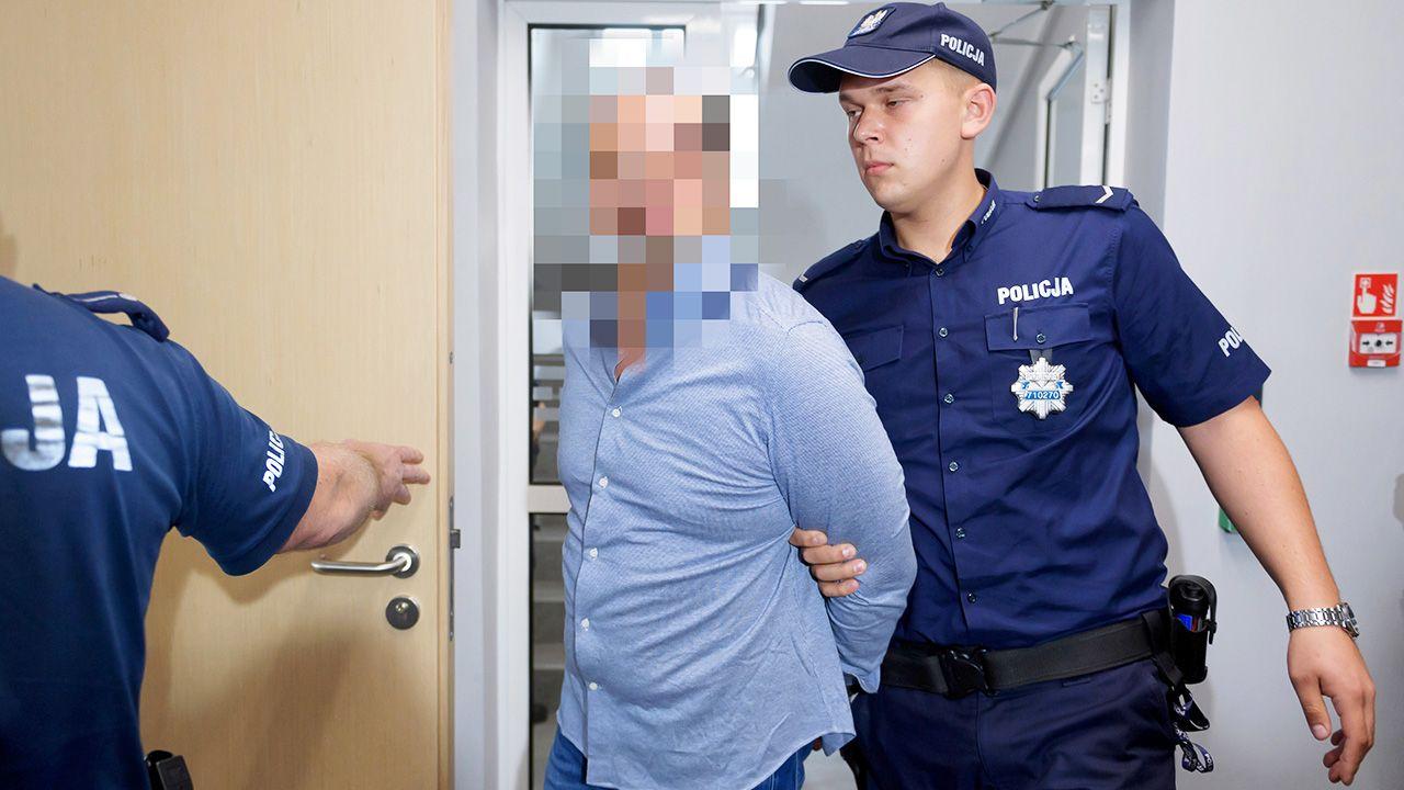 Oskarżony Arkadiusz Ł. ps. Hoss (C) na sali rozpraw (fot. PAP/Jakub Kaczmarczyk)