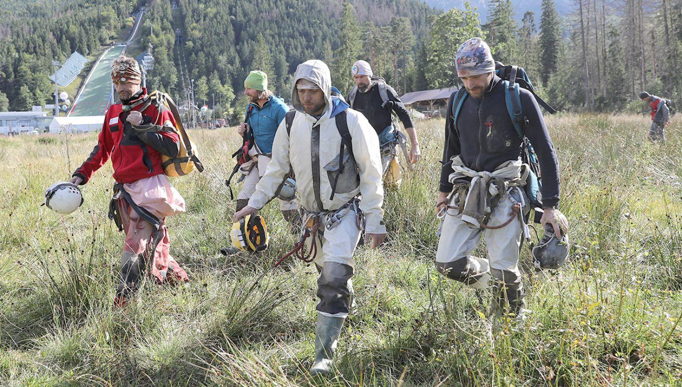 Przed godz. 7 rano z zakopiańskiego lądowiska wystartował śmigłowiec Sokół, aby zabrać kilku ratowników, którzy wyszli z jaskini (fot. PAP/Grzegorz Momot)