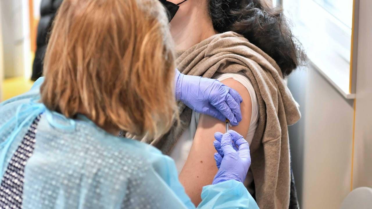 W Polsce wykonano dotąd prawie 12 mln szczepień przeciw COVID-19 (fot. PAP/Maciej Kulczyński)