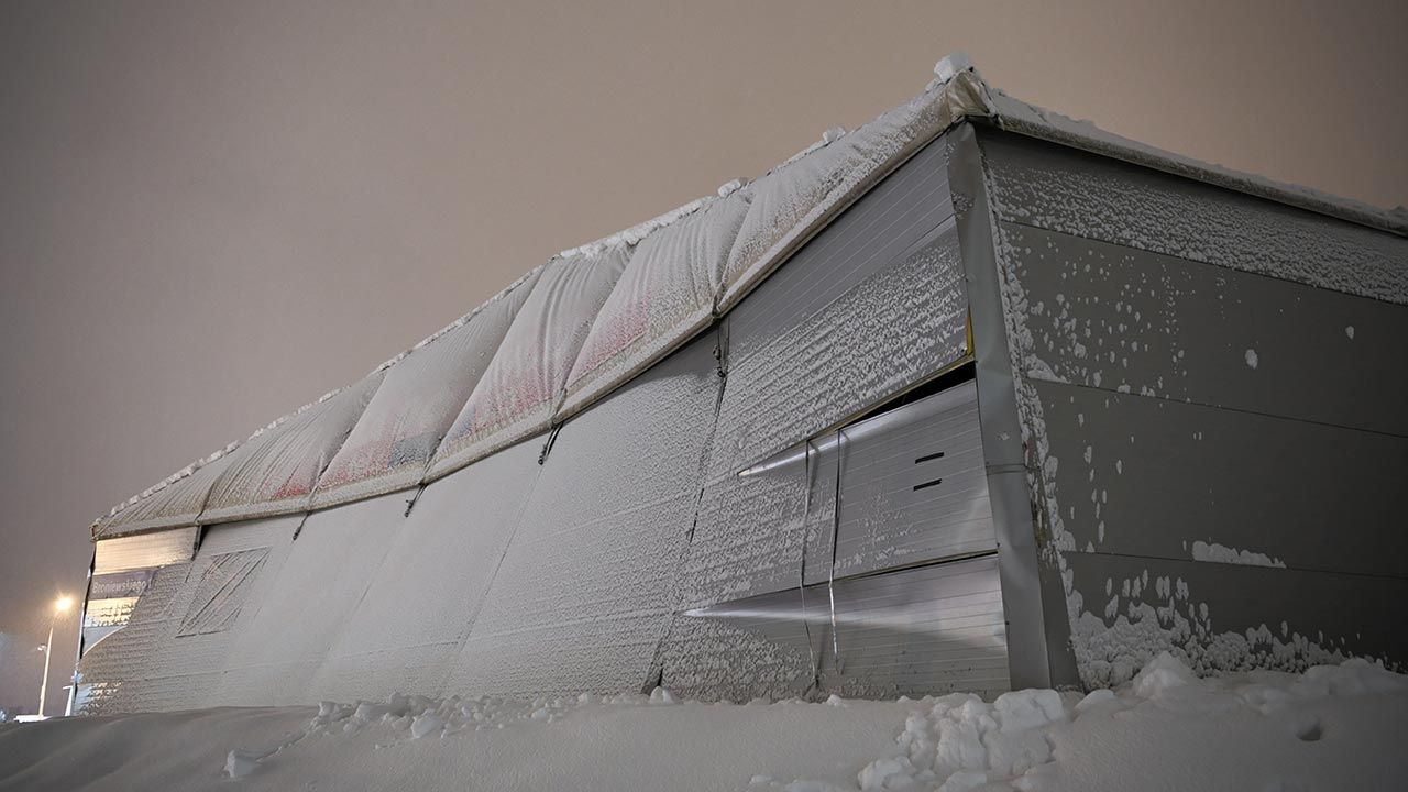 PSP apeluje o odśnieżanie dachów (fot. PAP/Darek Delmanowicz)