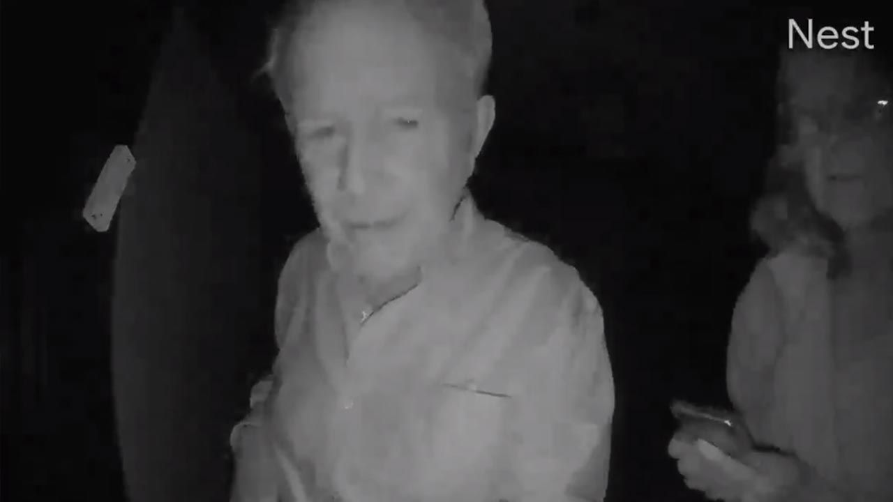 Robert Wilson z żoną Mary w środku nocy przed drzwiami Paula Milgroma (fot. Twitter/Stanford University)