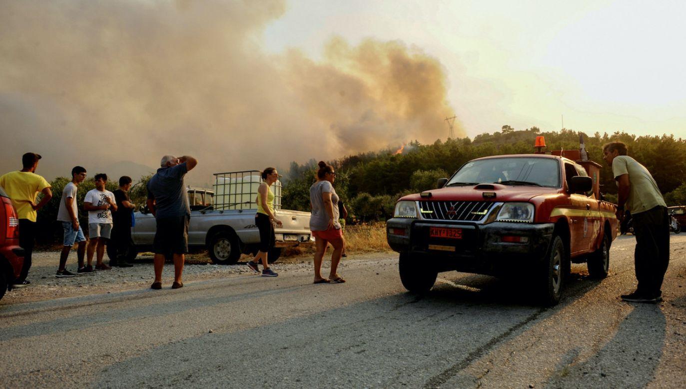 W niedzielę na greckiej wyspie Rodos wybuchł ogromny pożar (fot. PAP/EPA/DAMIANIDIS LEFTERIS)