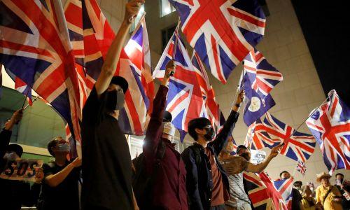 W zwykłe dni tygodnia  protesty są spokojniejsze. Środa, 23 października, demonstracja przed brytyjskim konsulatem w Hongkongu. Fot. REUTERS/Umit Bektas