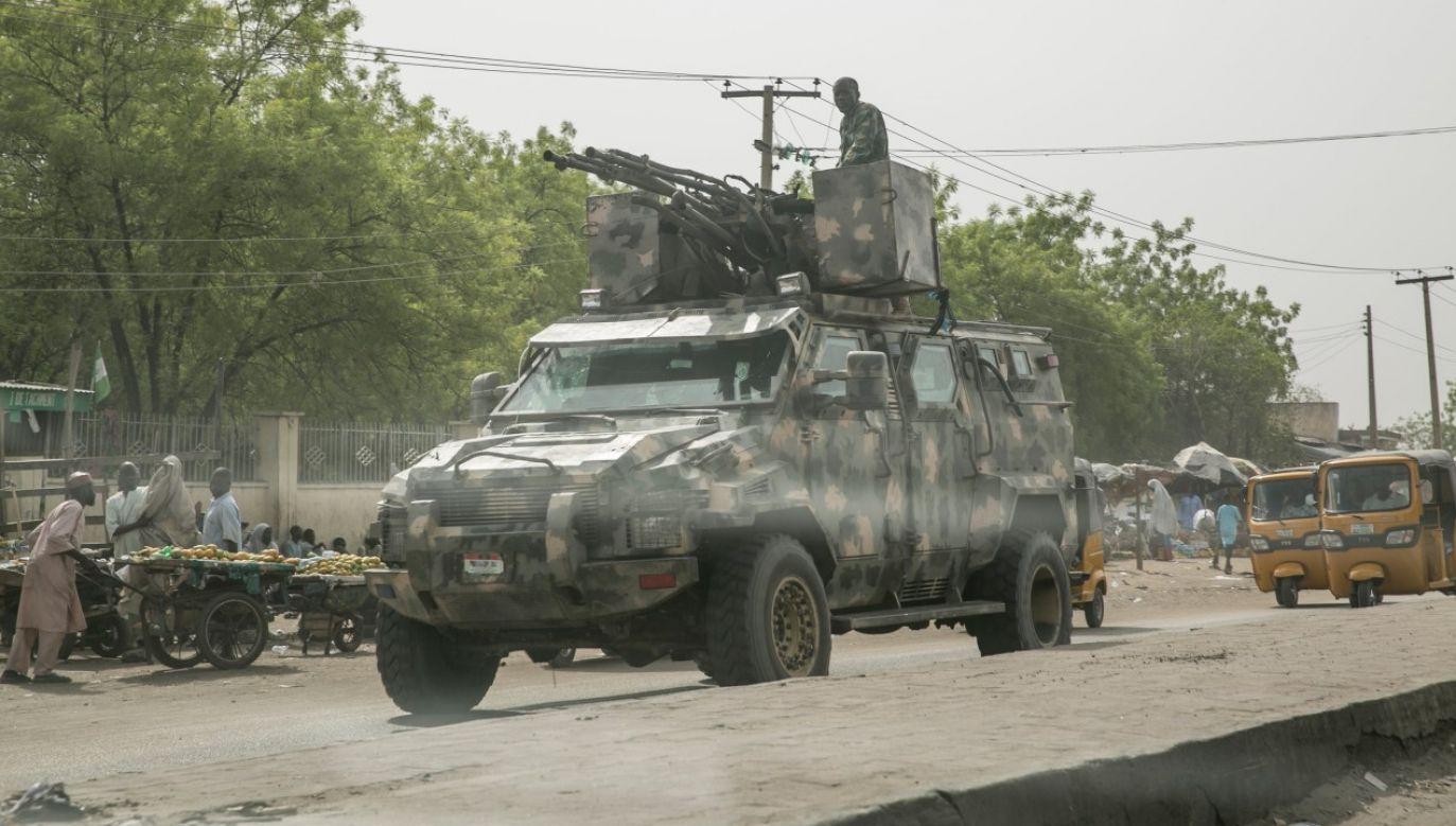Ciężki pojazd armii nigeryskiej na ulicach Maiduguri (fot. Jean Chung/Getty Images)