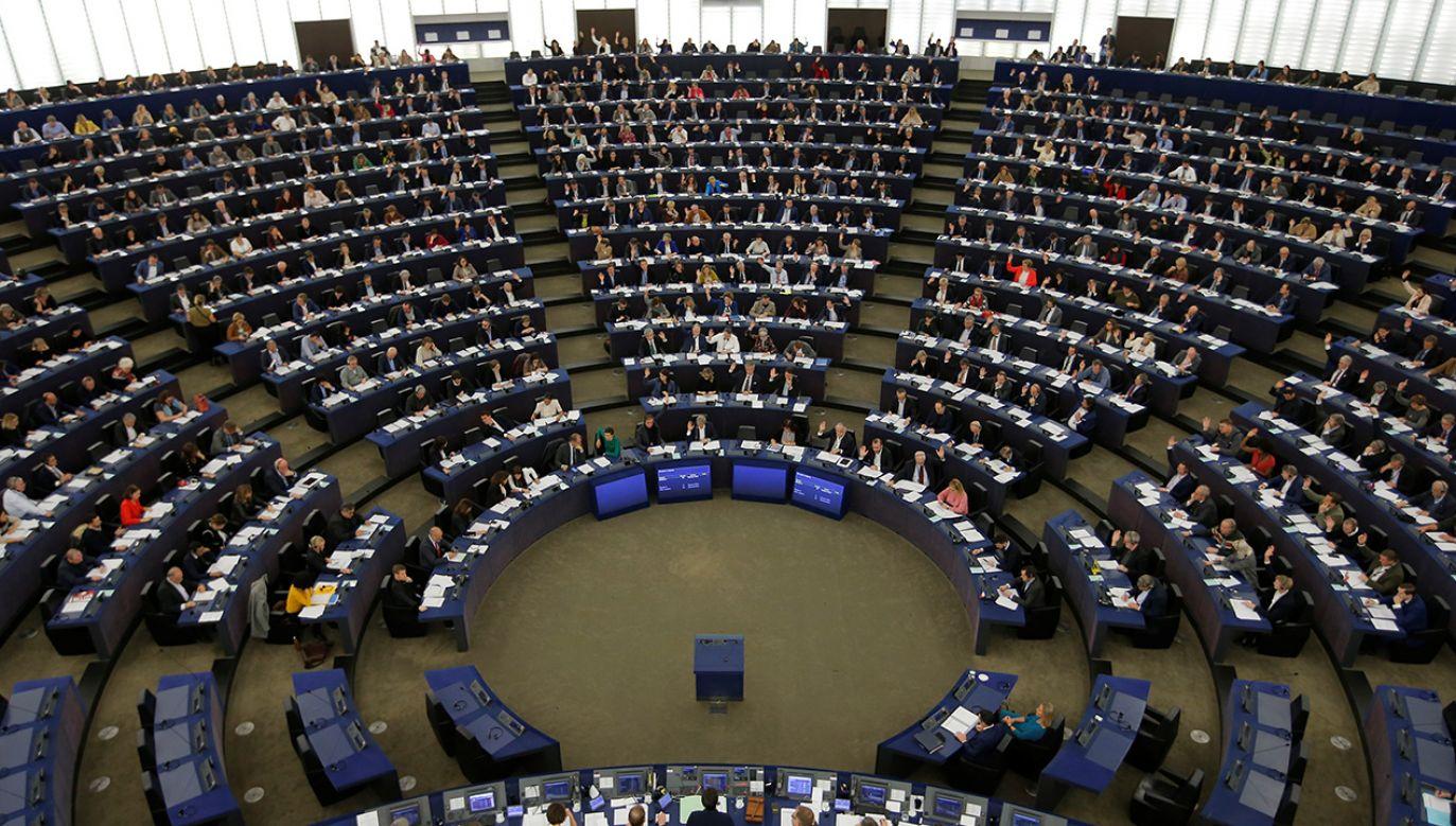 Przeciw rezolucji głosowali francuscy, hiszpańscy, włoscy i węgierscy posłowie EPL. Polscy z KO i PSL poparli ją (fot. Reuters/Vincent Kessler)