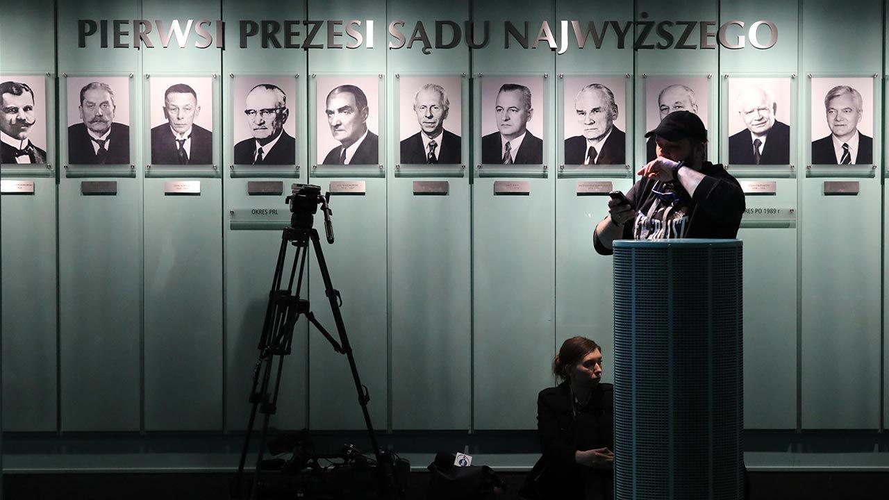 Pozostały wizerunki pierwszych prezesów SN niepodległej Rzeczypospolitej (fot. PAP/Tomasz Gzell)