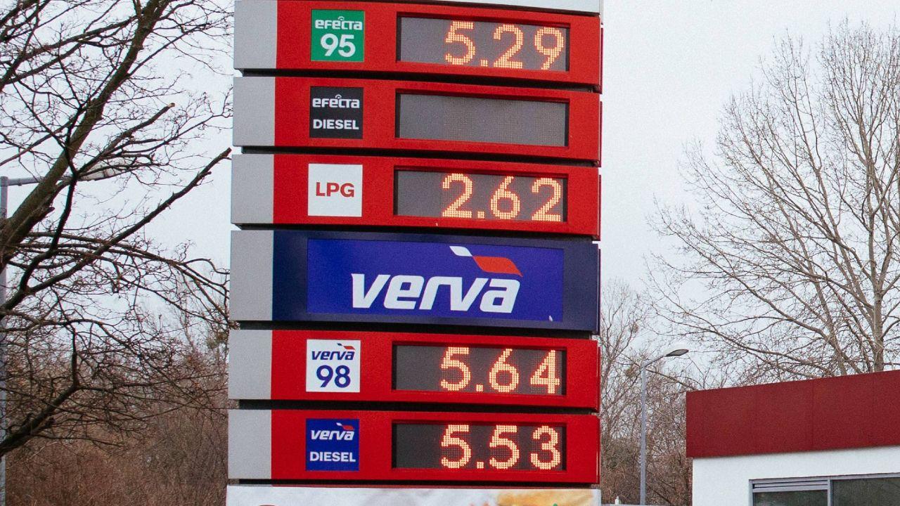 Analitycy nie przewidują większych skoków ceny paliw przed długim weekendem (fot. z 21.03.2021 r. Albert Zawada/PAP)