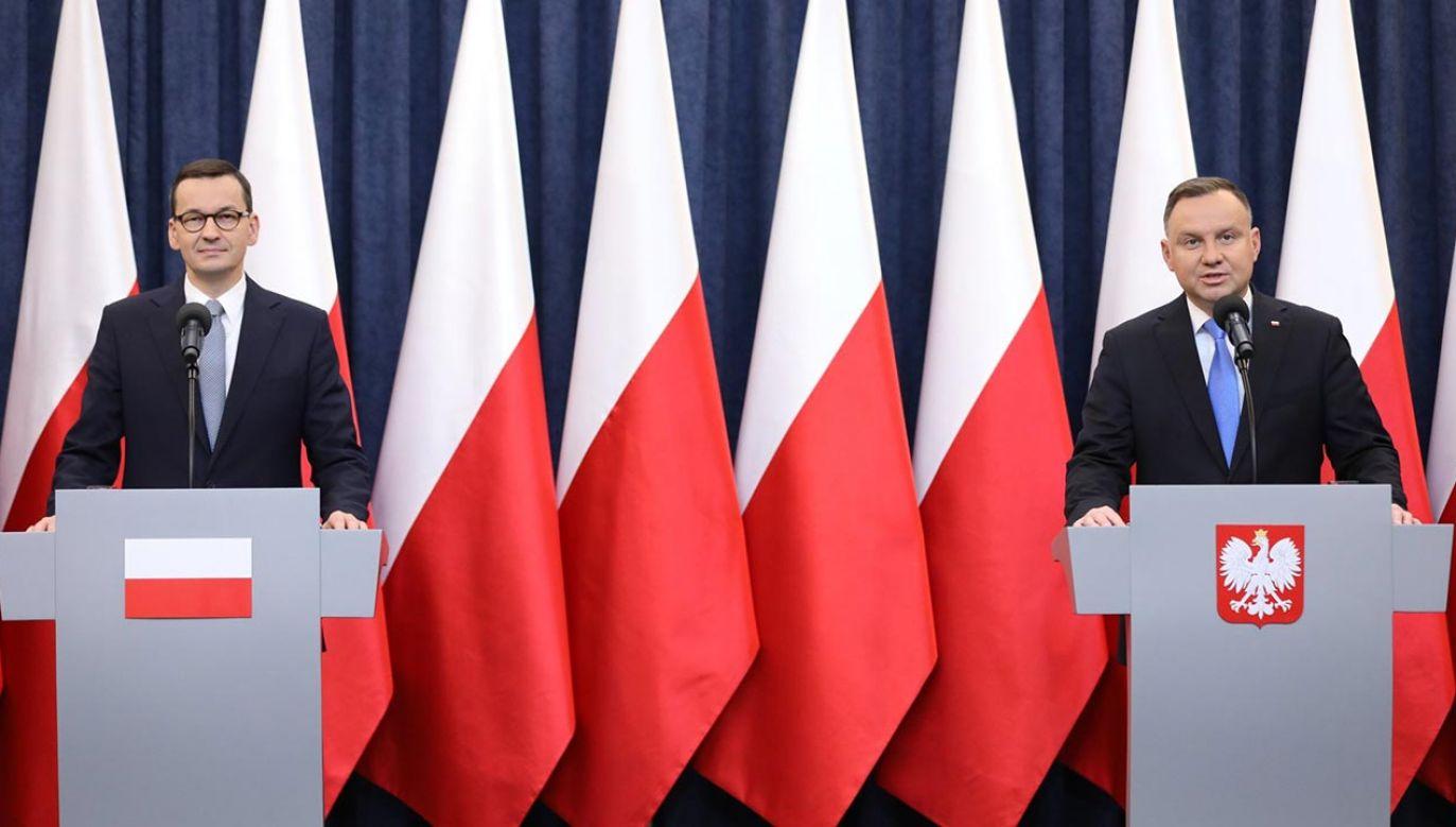 Premier Mateusz Morawiecki (L) i prezydent Andrzej Duda (P) (fot. Twitter/KPRM)