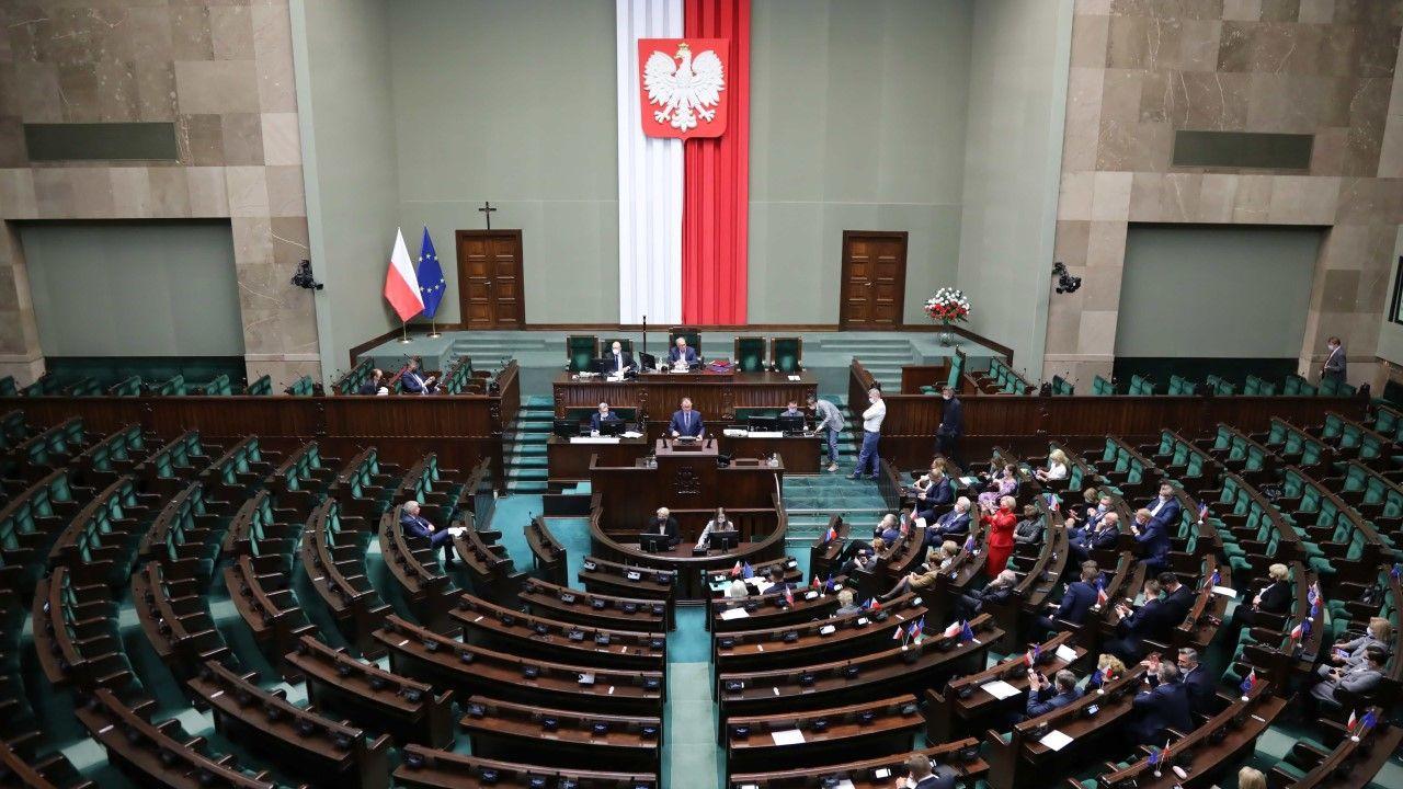 Posłowie na sali obrad Sejmu w Warszawie (fot. PAP/Wojciech Olkuśnik)