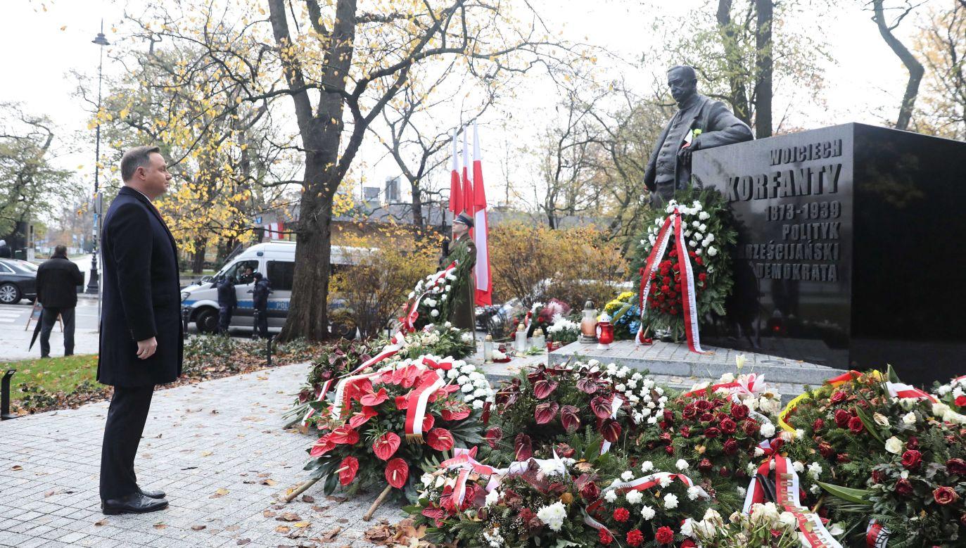 Prezydent Rzeczypospolitej Polskiej Andrzej Duda składa kwiaty przed pomnikiem Wojciecha Korfantego (fot.PAP/Tomasz Gzell)