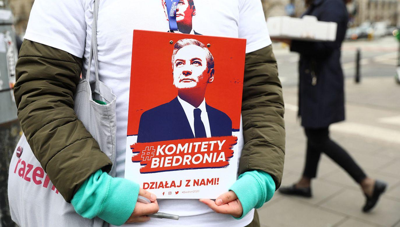 """""""Trzymajcie za nas kciuki!"""" – dodaje kandydat Lewicy na prezydenta (fot. PAP/Rafał Guz)"""