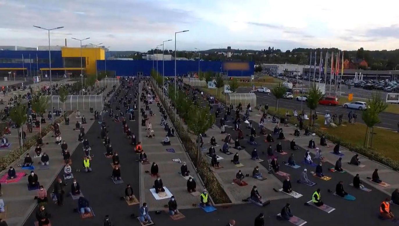 700 muzułmanów zebrało się na parkingu w niemieckim mieście, aby się modlić (fot. IGMG Wetzlar Gençlik/EBU)