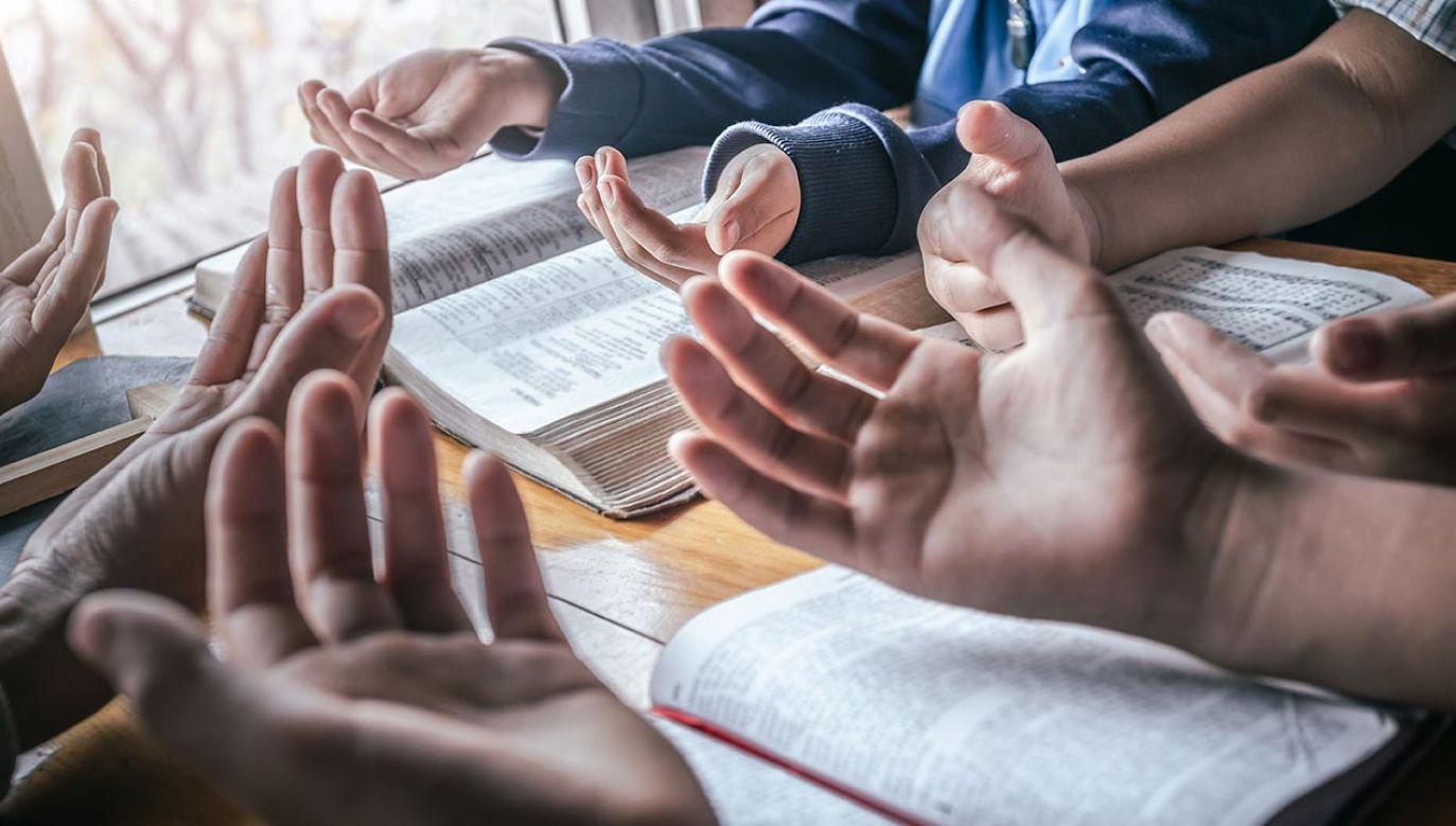 Kilkanaście uczestników wieczoru modlitewnego zostało już objętych kwarantanną (fot. Shutterstock/Chat Karen Studio)