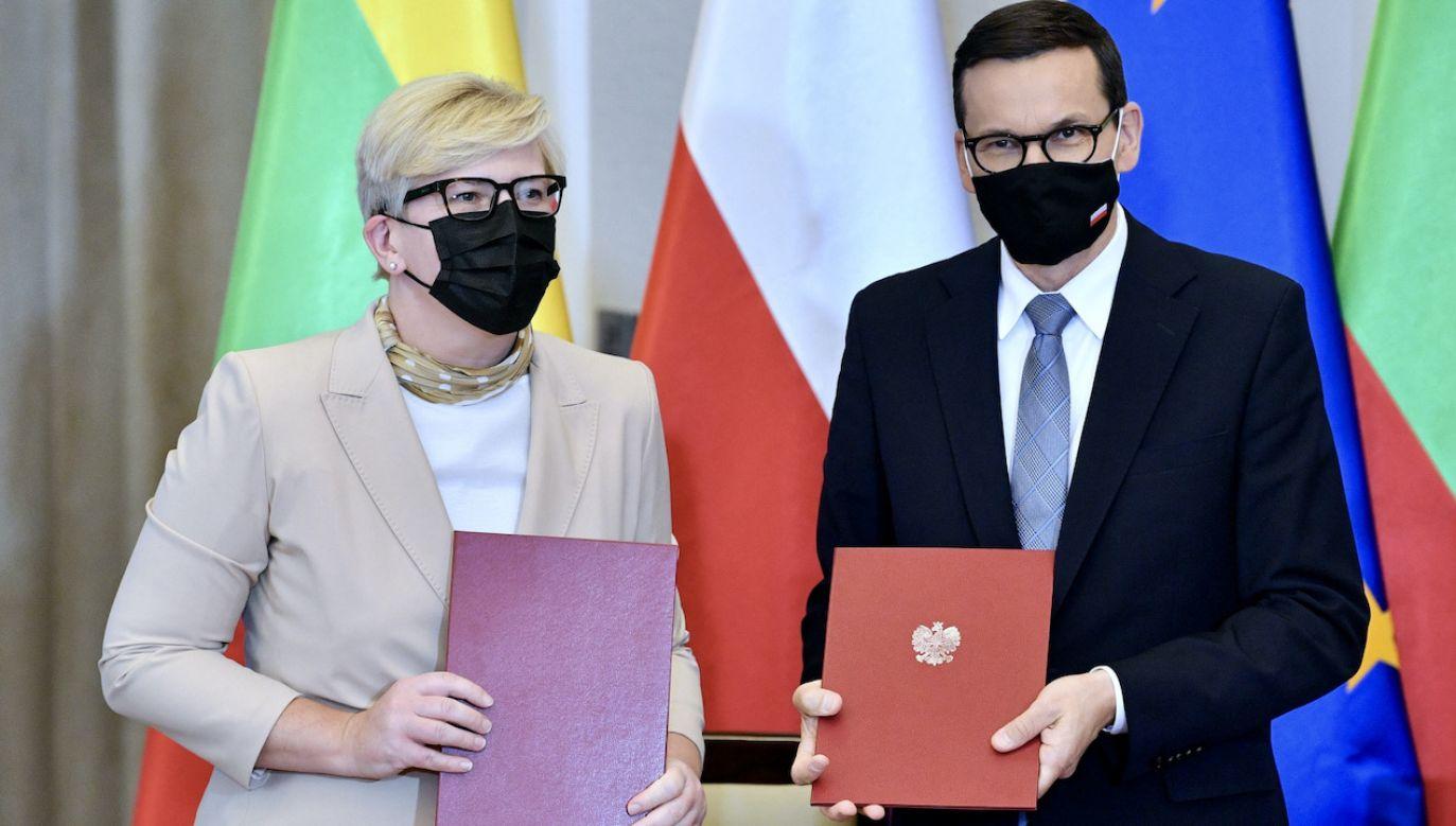 Premier Mateusz Morawiecki (P) i premier Republiki Litewskiej Ingrida Simonyte (L)  (fot. PAP/Radek Pietruszka)