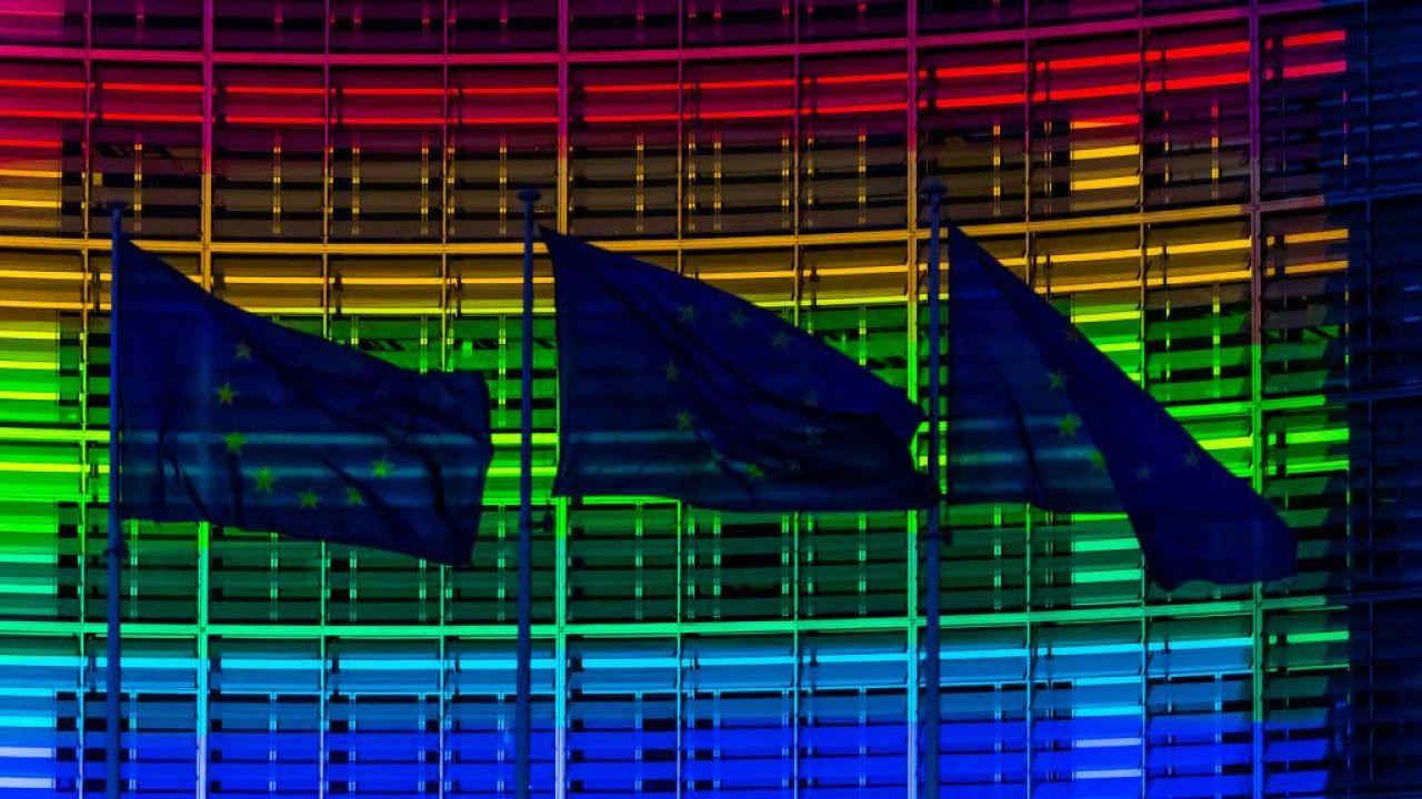 Gmach Komisji Europejskiej w Brukseli podświetlony barwami LGBT (fot. Jonathan Raa/NurPhoto via Getty Images)