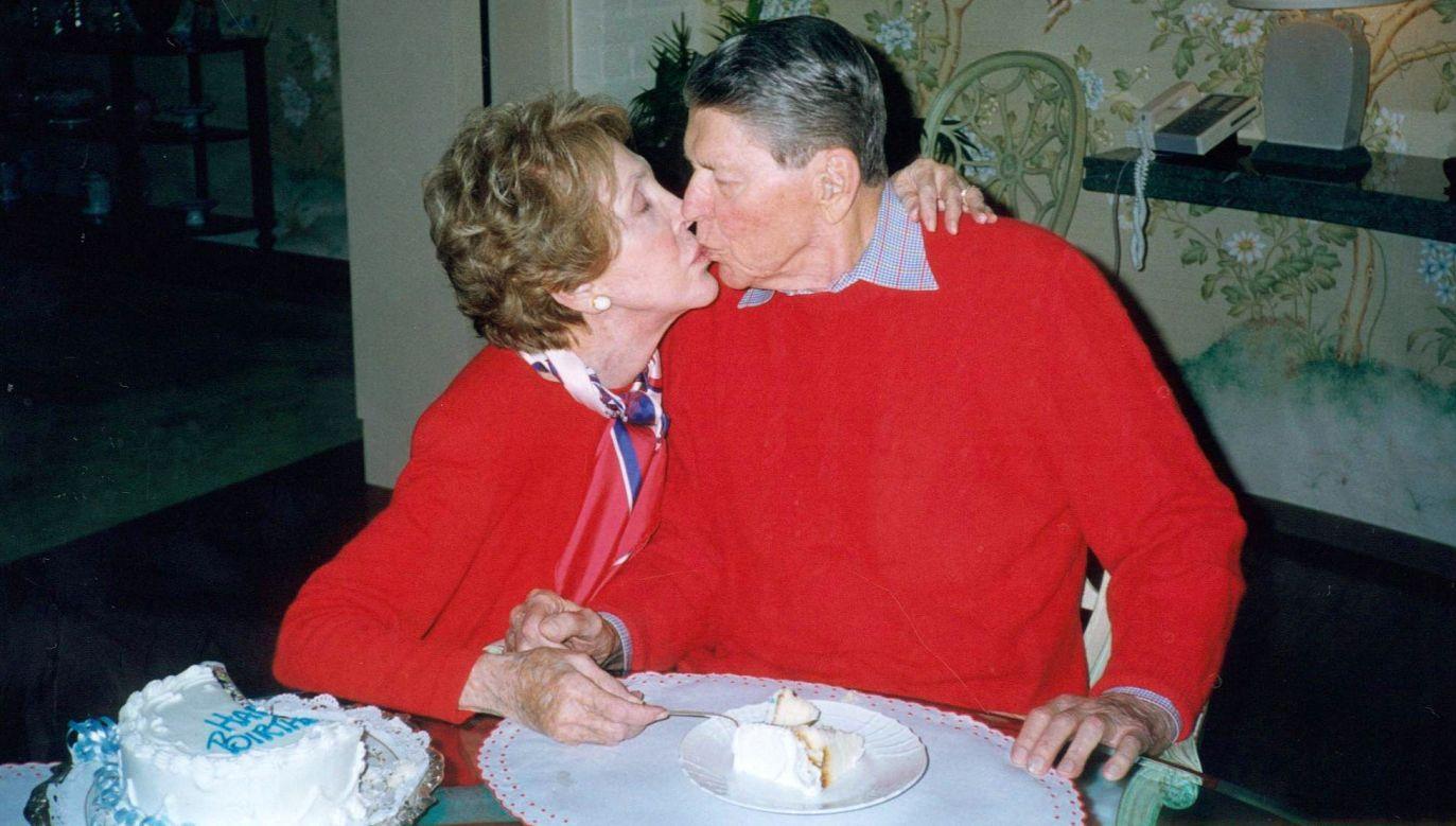 """Amerykański aktor, Republikanin, 33. gubernator Kaliforni i 40. prezydent Stanów Zjednoczonych (1981–1989 ) Ronald Reagan m.in. zregoformowął politykę gospodarczą USA i mocno wspierał ruchy antykomunistyczne, w tym polską """"Solidarność"""". Od początku lat 90. cierpiał na chorobę Alzheimera i nie brał udziału w życiu publicznym, zmarł w 2004 r. Na zdjęciu cztery lata wcześniej,  z żoną Nancy, podczas jego 89. urodzin. Fot. Getty Images"""