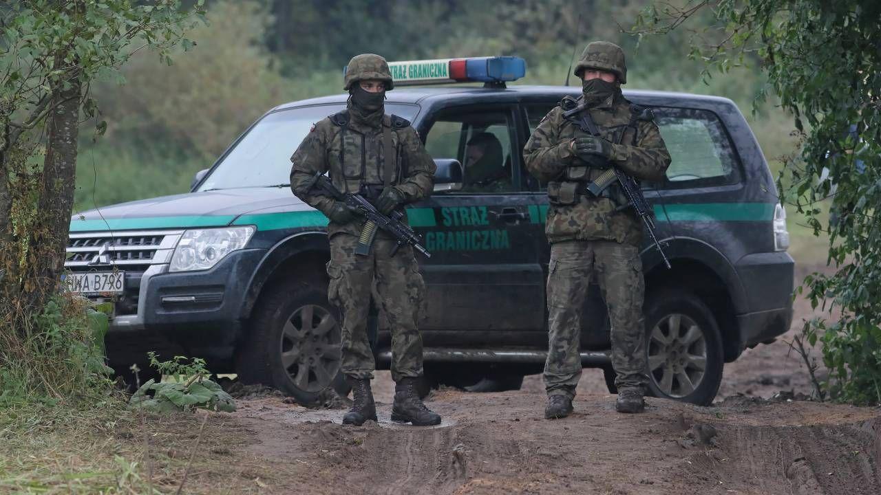 Pogranicznicy wraz z wojskiem pilnują granicy (fot. PAP/Artur Reszko)