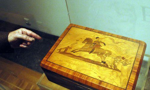 Szkatułka z wizerunkiem amazonki, żony gestapowca Feliksa Landaua wykonana prawdopodobnie według rysunku Brunona Schulza. To jeden z eksponatów z wystawy