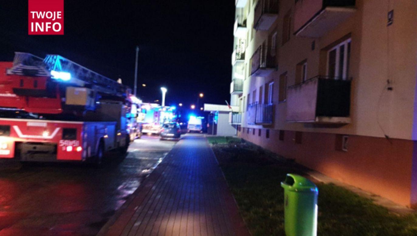 Dowiedzieliśmy się od służb, że gaz ulatniał się tylko w jednym mieszkaniu, a lokatorzy powinni niedługo wrócić do swoich mieszkań (fot. Twoje Info)