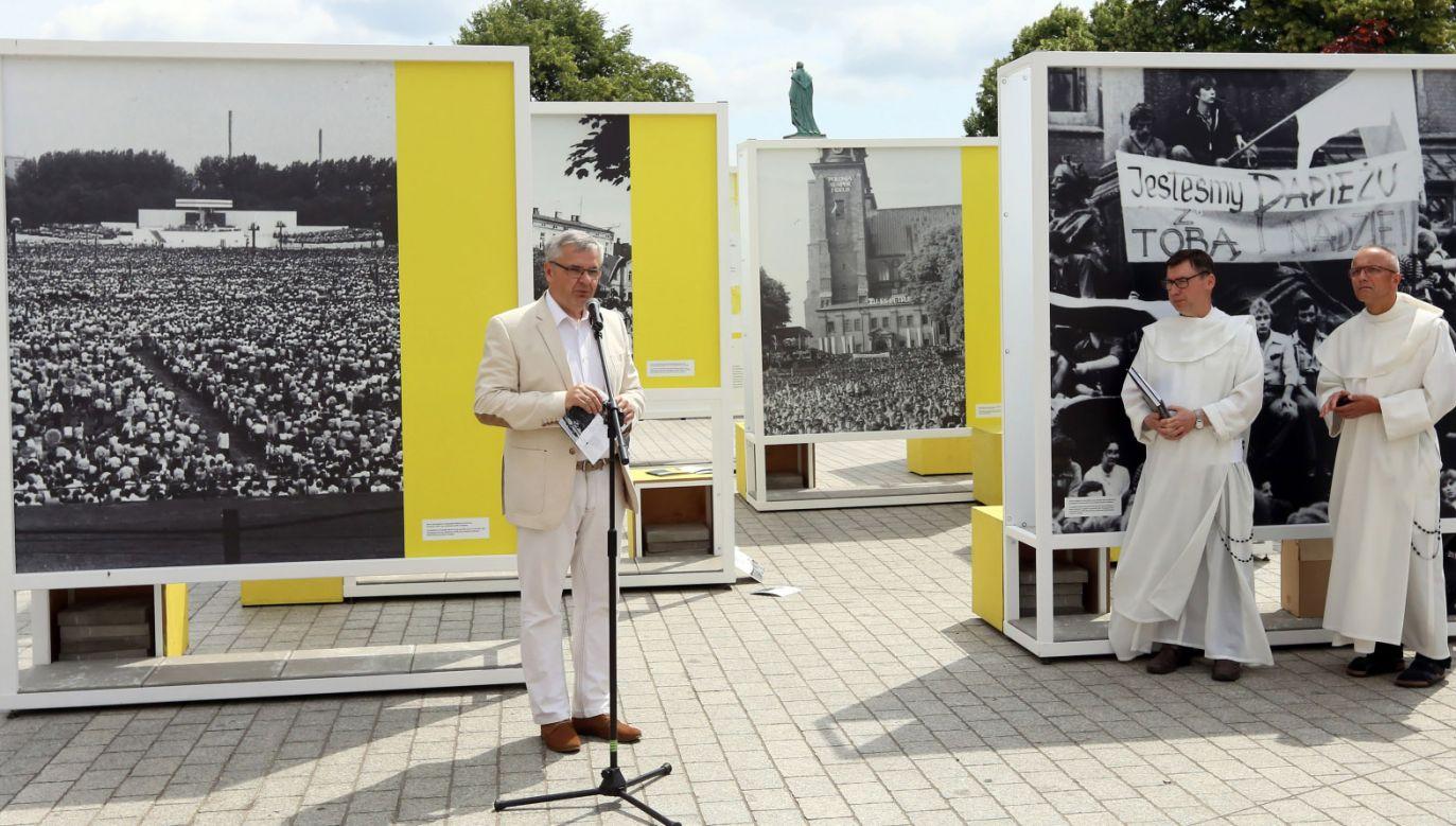 Dyrektor katowickiego oddziału IPN Andrzej Sznajder (L), o. Mariusz Tabulski (2P) i przeor o. Marian Waligóra (P) podczas otwarcia wystawy (fot. PAP/Waldemar Deska)