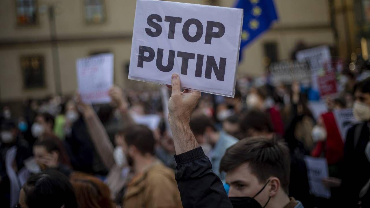 W Czechach odbywają się demonstracje przeciwko działaniom Rosji (fot. PAP/EPA/MARTIN DIVISEK)