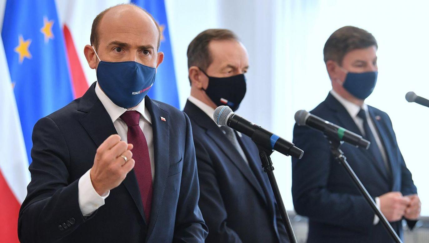 """Zapewnił też, że jest """"spokojny"""" o swój klub parlamentarny (fot. PAP/Radek Pietruszka)"""