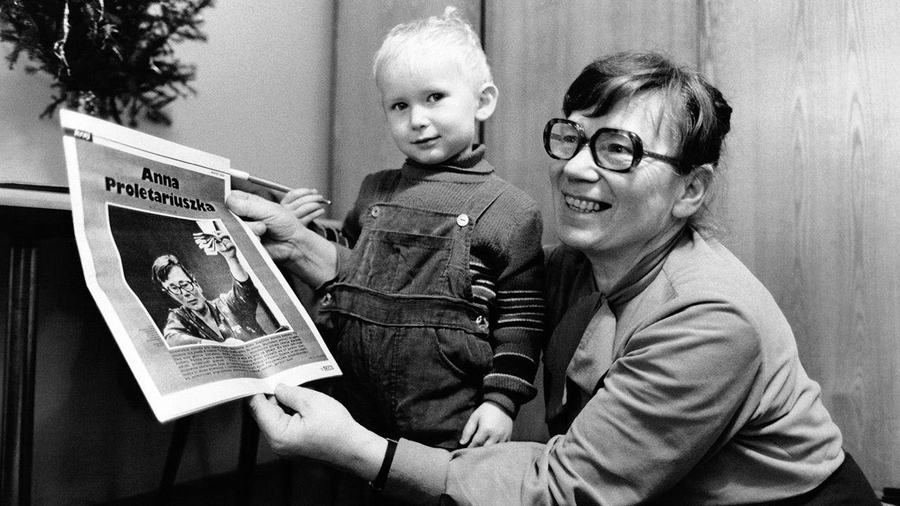 Mały Janusz Walentynowicz z mamą (fot. Daniel SIMON/Arnaud de WILDENBERG/Gamma-Rapho via Getty Images)