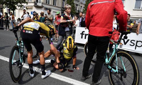1. etap tegorocznego wyścigu Tour de France w Brukseli i pierwszy upadek, który zaliczył holenderski zawodnik Dylan Groenewegen. Fot. JEFF PACHOUD/EPA/PAP
