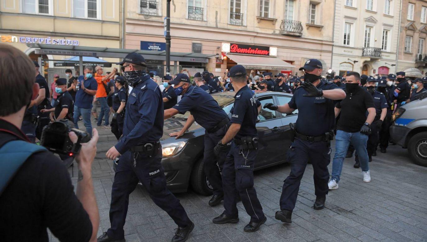 Akcja policji podczas protestu aktywistów LGBT na Krakowskim Przedmieściu w Warszawie (fot. PAP/Radek Pietruszka)