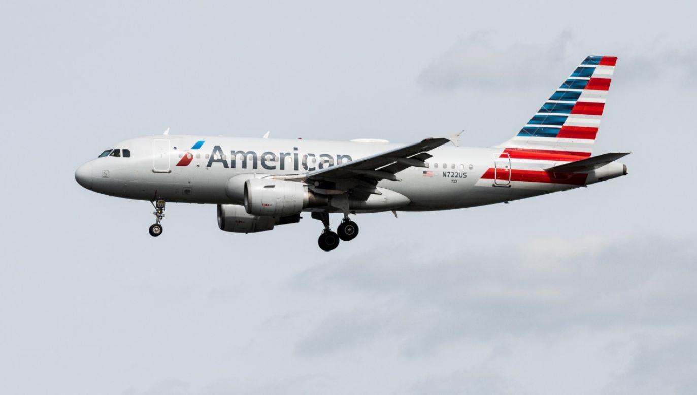 Pasażer samolotu American Airlines, który mimo poleceń personelu pokładowego, odmówił założenia maseczki, został usunięty (fot. Michael Brochstein/SOPA Images/LightRocket via Getty Images)