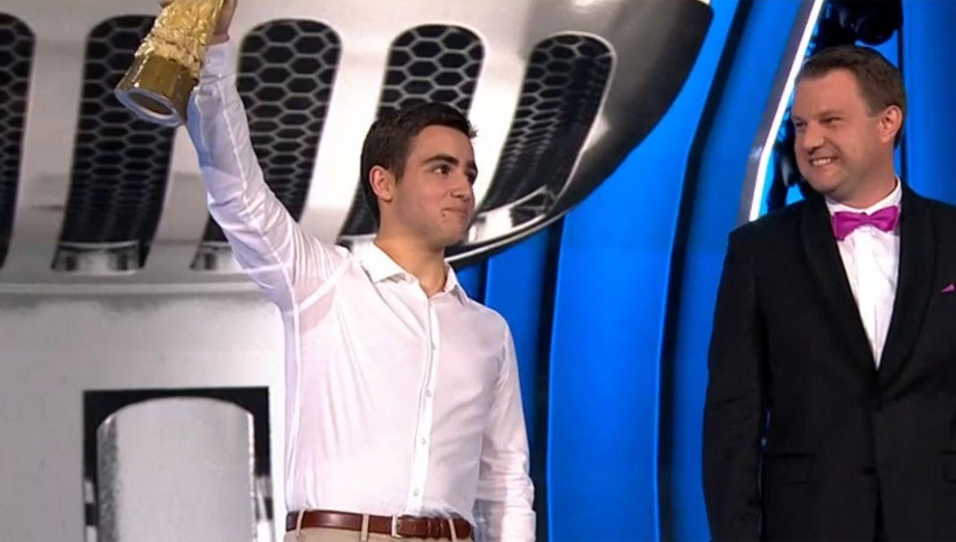 """Sargis Davtyan (L) – zwycięzca konkursu """"Debiuty"""" na festiwalu w  Opolu (fot. TVP Info)"""
