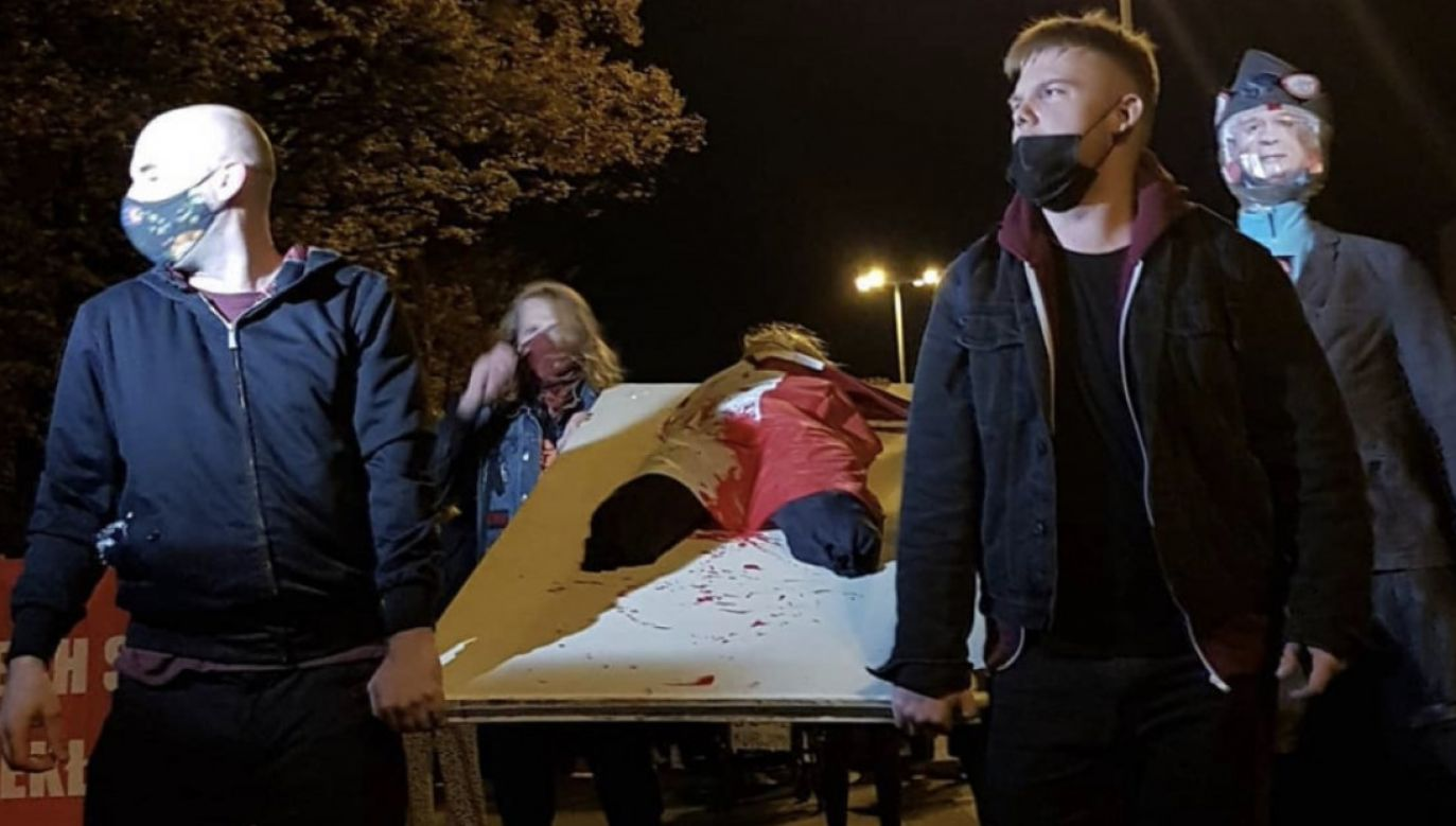 Protestujący sparodiowali pochód ze zwłokami ofiary Grudnia'70 - Zbigniewa Godlewskiego (fot. Artur Ceyrowski/Twitter/@fideista)