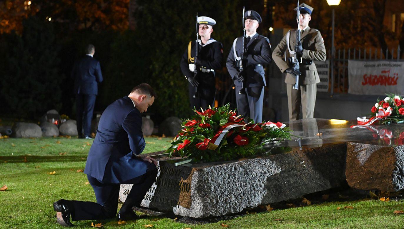 Prezydent Andrzej Duda złożył wieniec na grobie bł. ks. Jerzego Popiełuszki  (fot.  PAP/Radek Pietruszka)