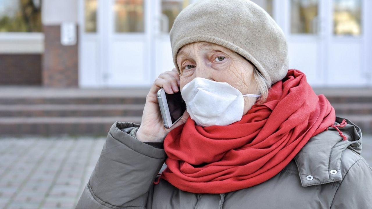 Oszuści stosują wciąż nowe sposoby, by wyłudzić pieniądze od osób starszych (fot. Shutterstock/Alonafoto)