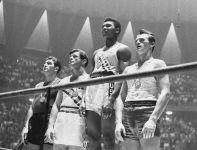 Igrzyska w Rzymie 1960 Zbigniew Pietrzykowski (z prawej) na podium turnieju bokserskiego obok Cassiusa Claya (fot. PAP)