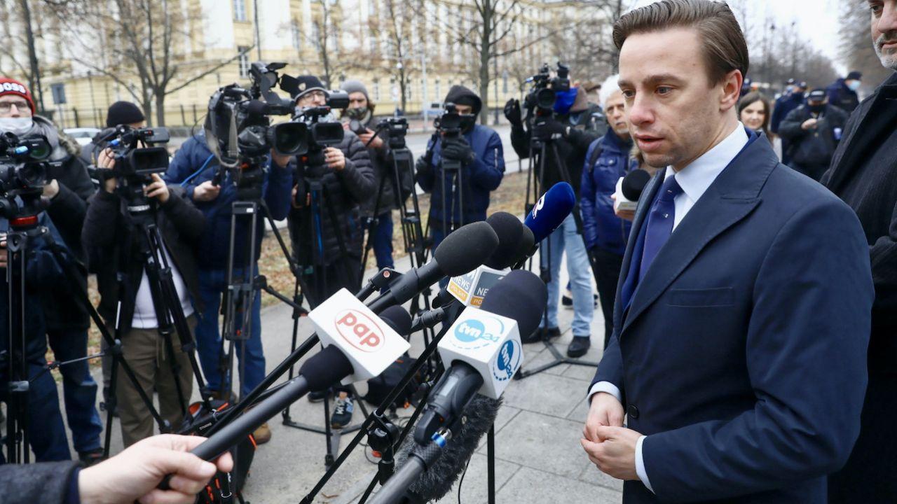 """Krzysztof Bosak apeluje, by """"nie pchać społeczeństwa w fikcję"""" (fot. PAP/Rafał Guz)"""