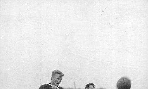 13 września 1931, Jerzy Bułanow (z lewej) odbiera piłkę Wacławowi Przeźdzeckiemu. Fot. NAC/IKC
