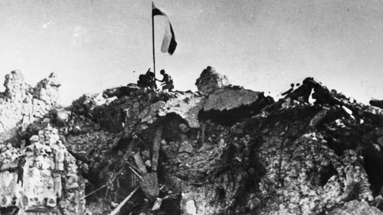 Tydzień po pierwszym natarciu na murach opactwa pojawił się biało - czerwony sztandar (fot. CAF)