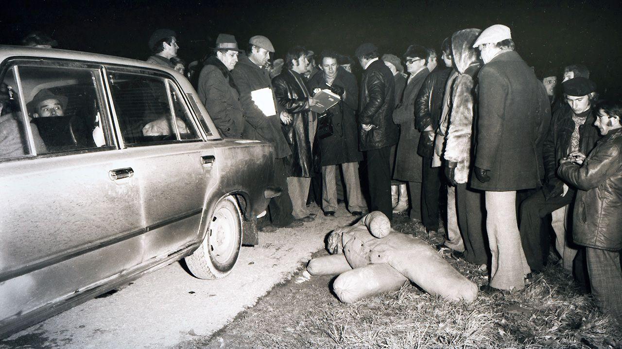 Sędziowie, oskarżyciele i obrońcy na drodze z Połańca do Zrębina, gdzie oskarżeni po dokonanym morderstwie upozorowali wypadek samochodowy (fot. arch.PAP/Michał Sielewicz)
