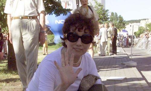 Międzyzdroje.3.07.2001. Olga Lipińska ma swoje miejsce – odciśniętą dłoń – w Alei Gwiazd i często bywała na tu na Wakacyjnym Festiwalu Gwiazd. Jednak pół wieku temu też pokochała Mazury. florę Krążyły opowieści, że próbowała tam reżyserować faunę i florę oraz składała petycje u samego sołtysa w sprawie uciszenia kogutów, które zakłócają sen, bo pieją zbyt wcześnie rano.  PAP/Jerzy Undro