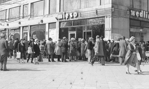 Ani kartki, ani bezmięsne dni nic nie dawały. Mięsa nadal brakowało i ludzie stali w kolejkach po nie godzinami - jak tu na zdjęciu, dwa dni po wprowadzenie kartek na mięso, 31 marca 1981 roku. Kolejka do sklepu mięsnego na rogu ul. Świętokrzyskiej i Bagno. Fot. NAC/Archiwum Grażyny Rutowskiej, sygn. 40-4-408-2