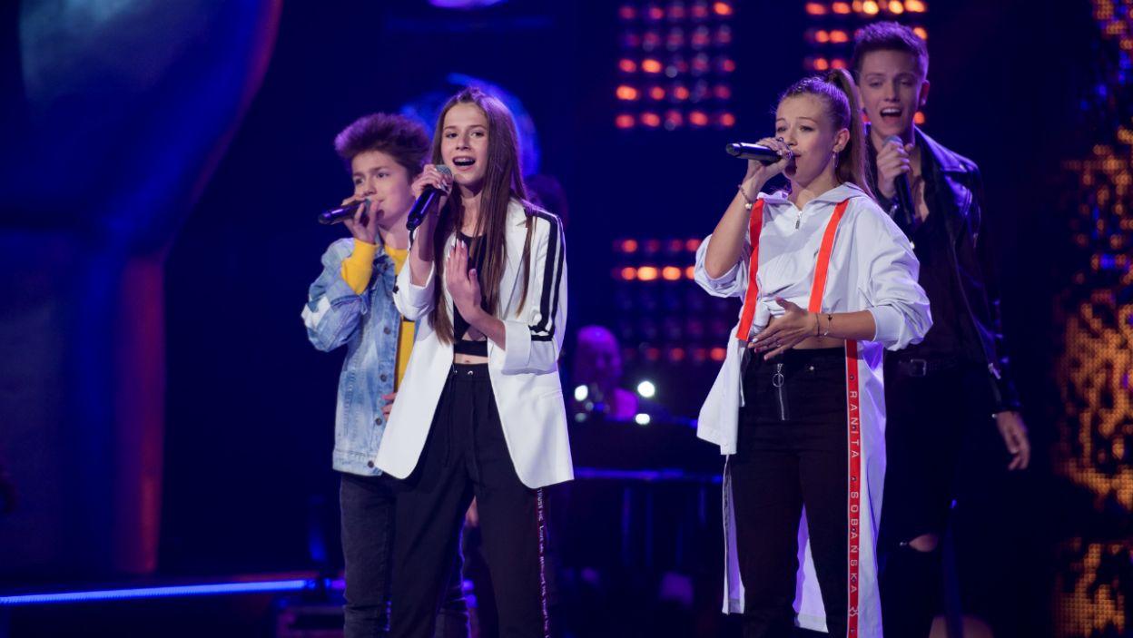 """Ich kariery stanowią świetny przykład dla nowych uczestników """"The Voice"""". Finaliści pierwszej edycji ponownie spotkali się na scenie, by wspólnie wykonać utwór """"Nie poddam się"""" (fot. J. Bogacz/TVP)"""