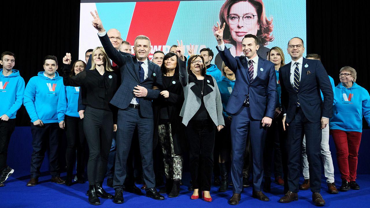 Kandydatka ma też pokazywać symbol zwycięstwa (fot. PAP/Mateusz Marek)
