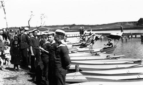 Harcerze w ośrodku Ligi Morskiej i Kolonialnej przy swoich kajakach., 17 maja 1935 r. Fot. NAC/IKC, sygn. 1-P-317