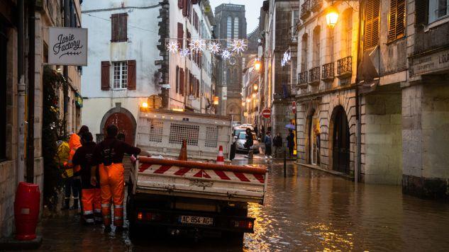 Deszcz, który towarzyszył wichurom na południowym zachodzie Francji, spowodował liczne powodzie i podtopienia (fot. Jerome Gilles/NurPhoto via Getty Images)