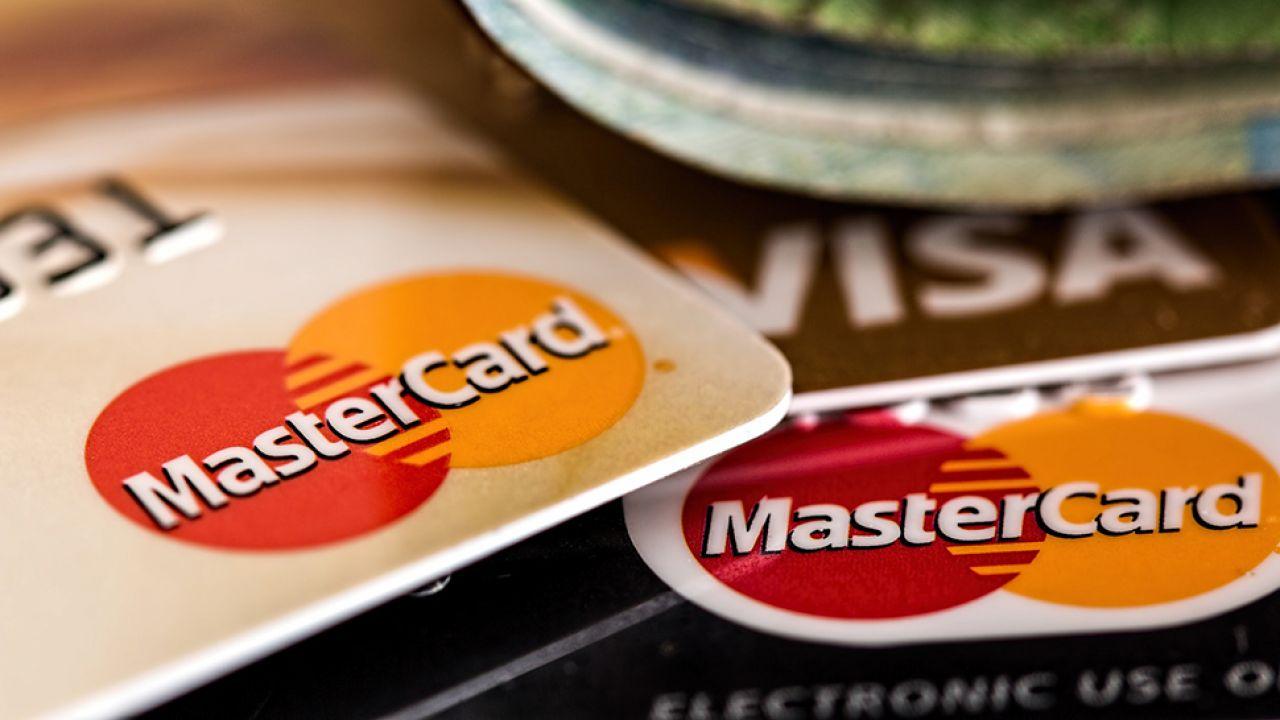 Właściciel punktu handlowo-usługowego przez rok nie zapłaci prowizji za akceptowanie kart i za dzierżawę terminalu (fot. Pixabay/stevepb)