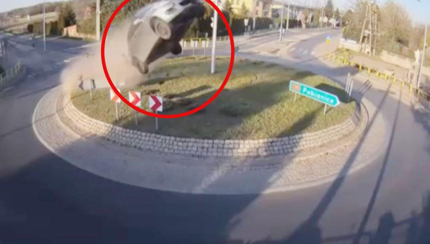 Samochód przeleciał kilkanaście metrów, skosił drzewo i zatrzymał się na budynku (fot. TVP3 Łódź)