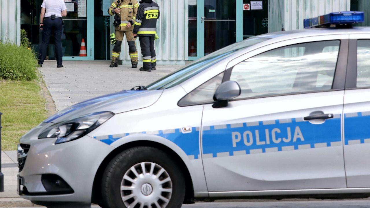 Policjanci zabezpieczyli nóż, którym najprawdopodobniej posłużył się napastnik (fot. PAP/Tomasz Gzell)