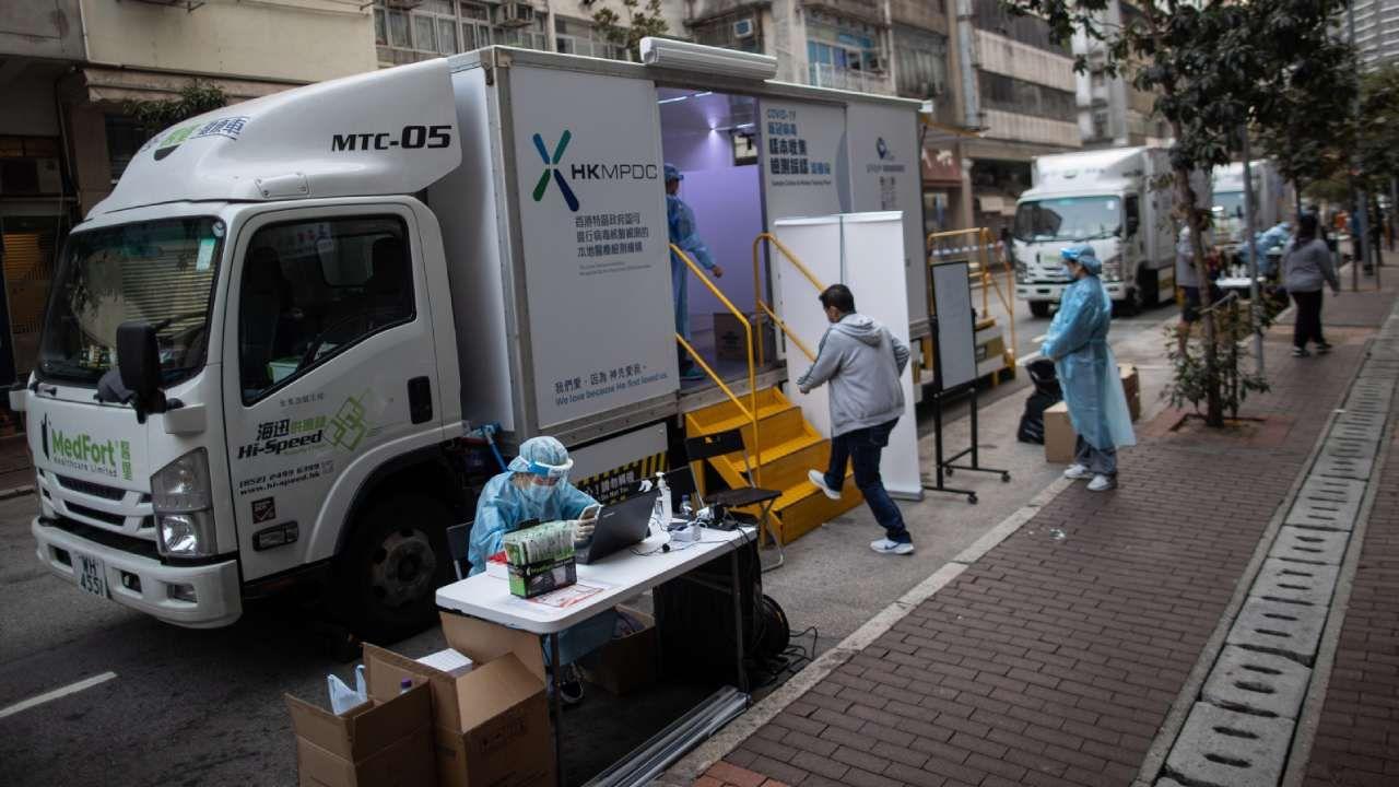 Mobilna stacja testowa na koronawirusa w Hongkongu (fot. PAP/EPA/JEROME FAVRE)