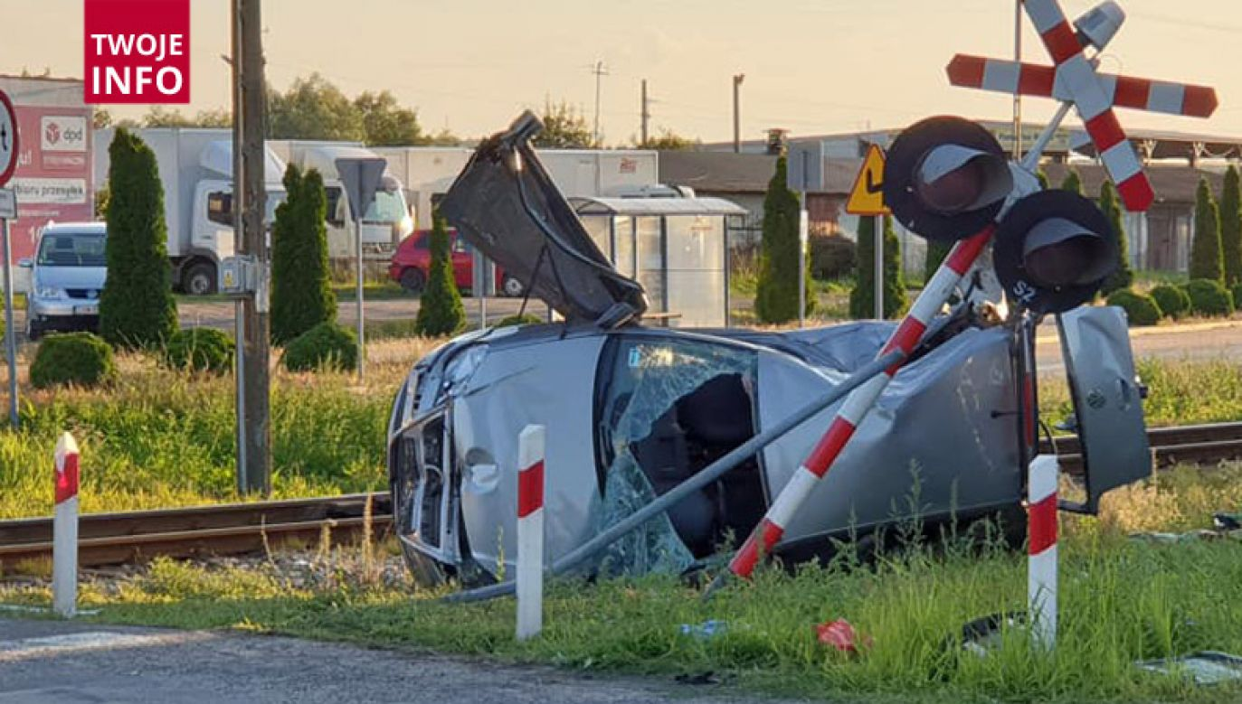 Ranne zostały dwie osoby podróżujące autem, jedna z nich zmarła (fot. Twoje Info/Krzysztof Dziedzic)